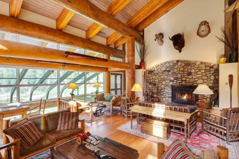 Moraine Lake Lodge Lounge