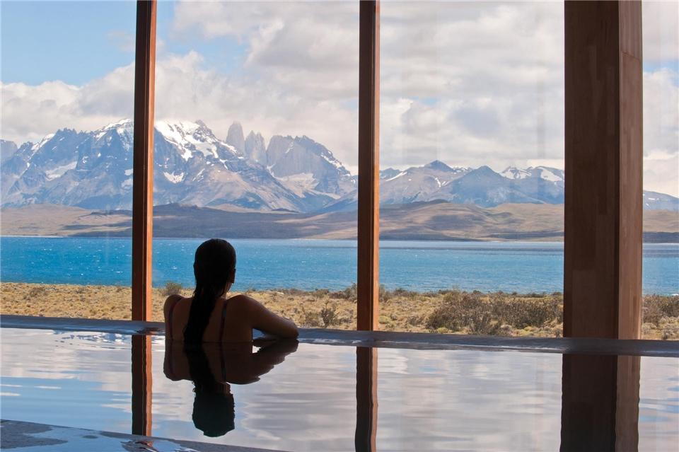 Auszeit in Südamerika Pool mit Aussicht auf ein Gebirge