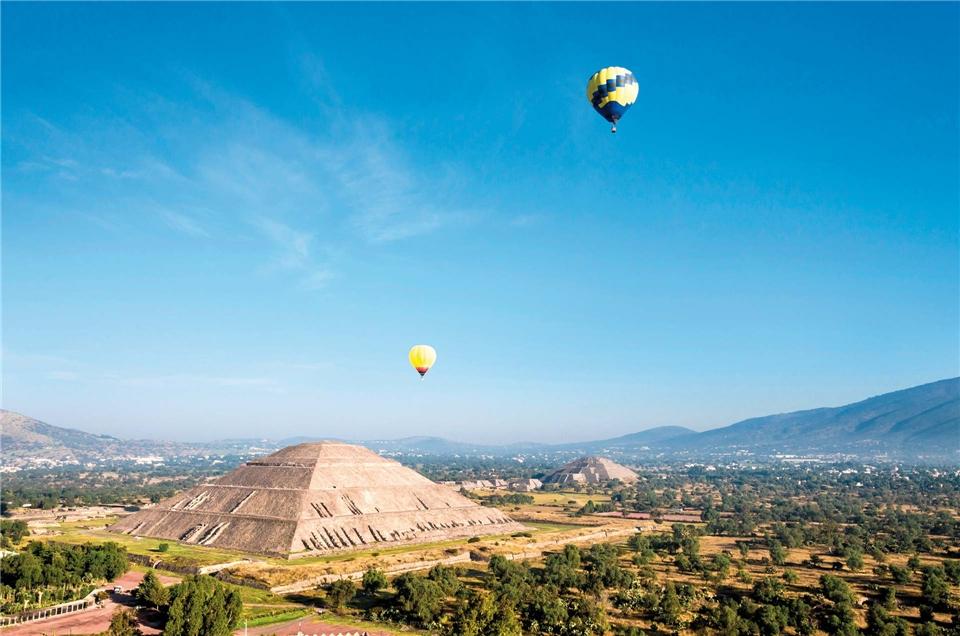 Mexiko - Ballonfahrt ueber die Sonnen - und Mondpyramide in Teotihuacan