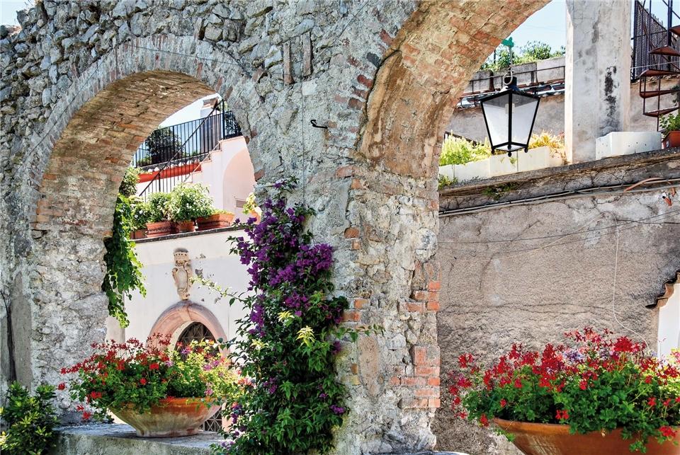 Amalfitana La Dolce Vita Altes Gebäude mit Blumen
