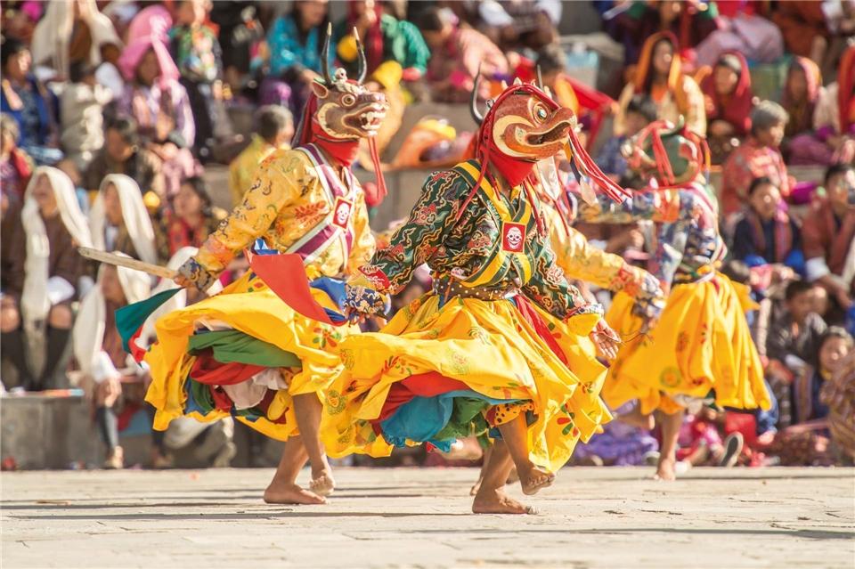 Bhutan Land des Glücks Tshechu Klosterfeste mit tanzenden Mönchen