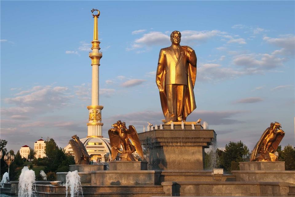 Zentralasien - Goldene Statue Momument von Nijasow und Bogen