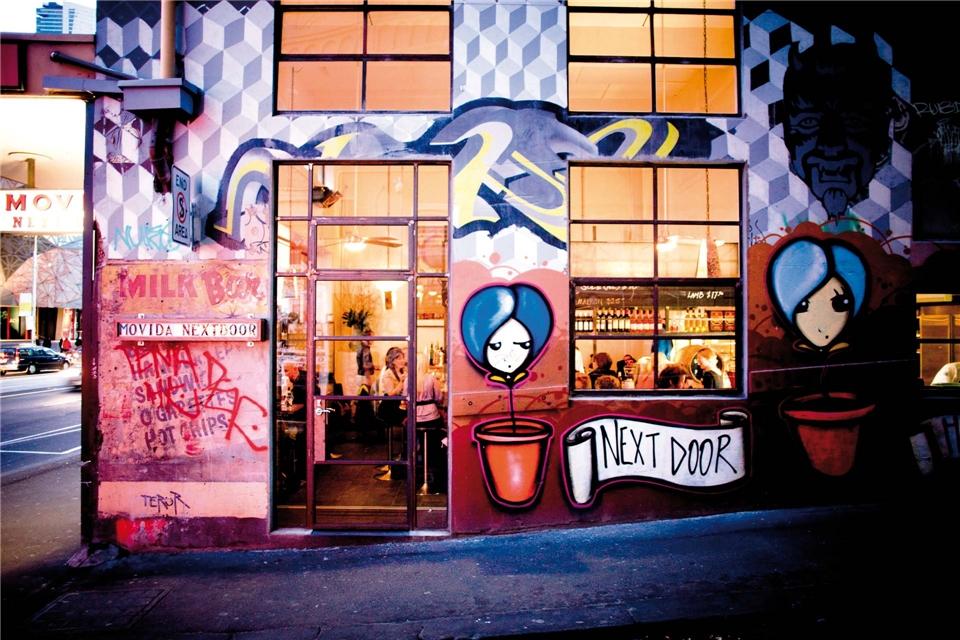 Australien genießen Bar mit Streetart-Fassade