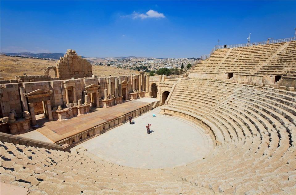 Jordanien Sagenhafte Orte Theater mit Blick auf eine Stadt