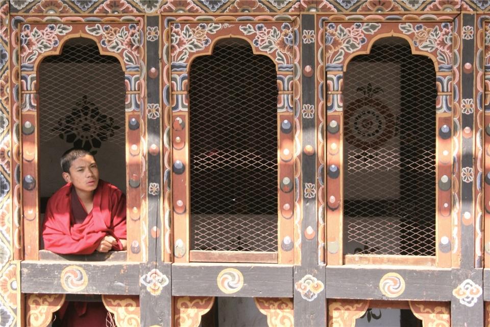 Bhutan - Mönch im Tempel