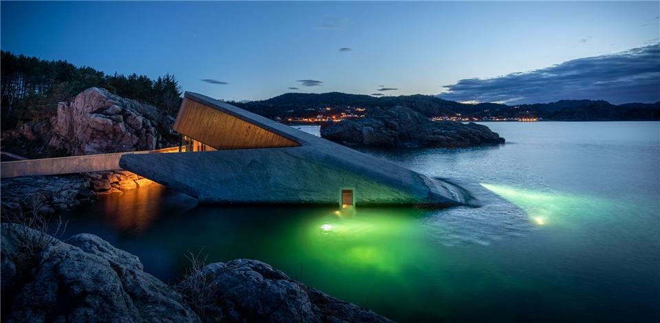 Unterwasserrestaurant bei Nacht Under in Norwegen
