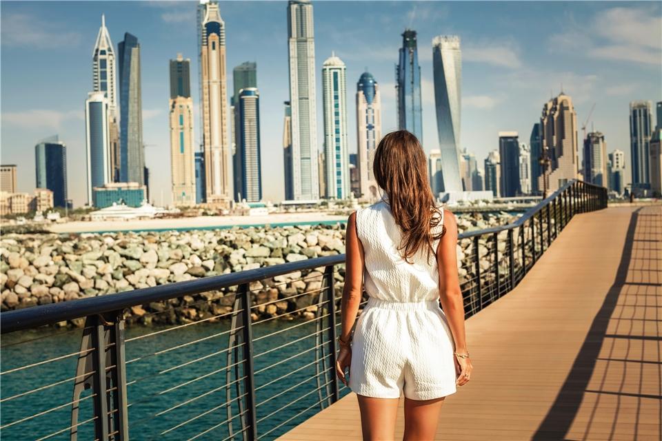 Dubai Person mit Blick auf die Stadt