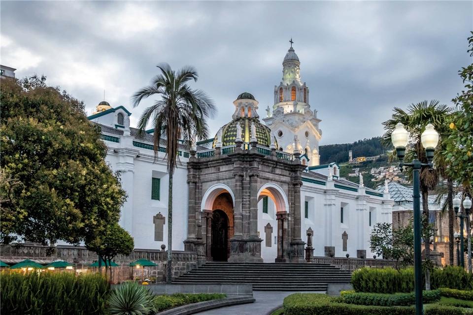 Lebensart in Ecuador und Galapagos Kirche bei Dämmerung
