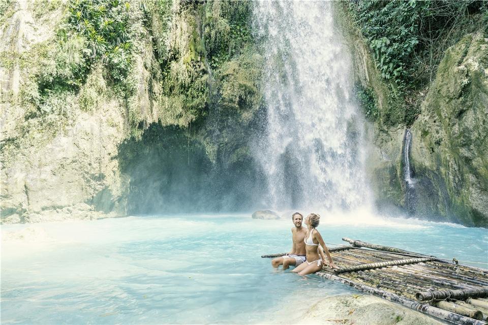 Philippinen Paar unter einem Wasserfall