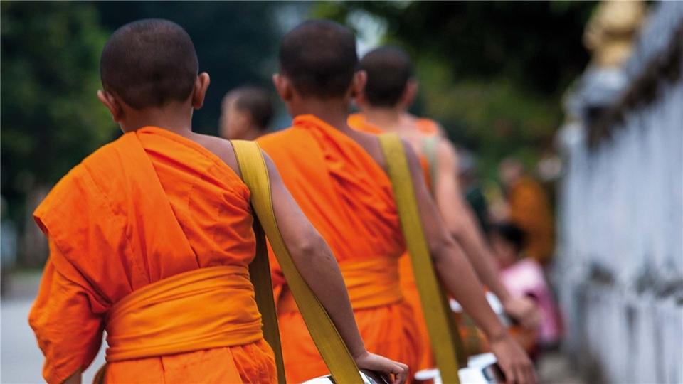 Mekong Möche bei morgendlicher Prozession