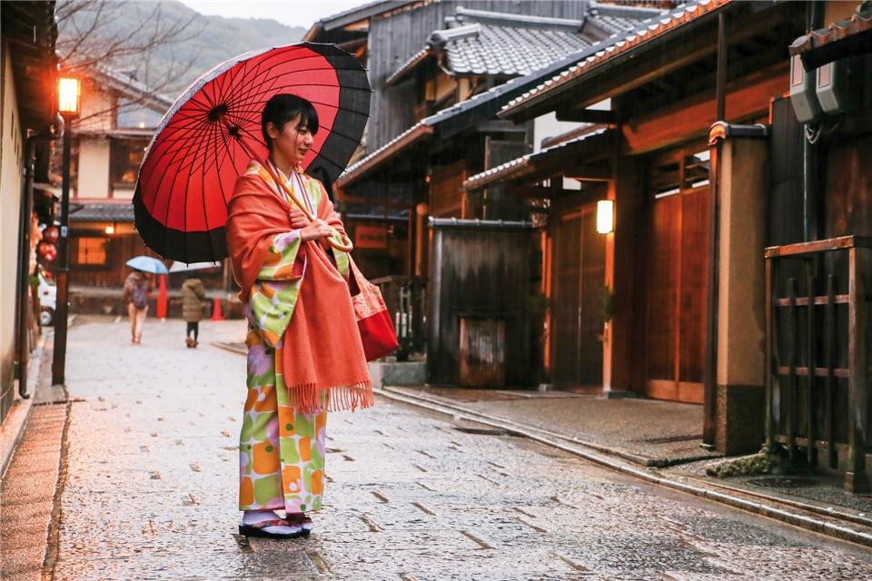 Ponant Le Laperouse  Japan - Japanerin mit Kimono und traditionellem Schirm
