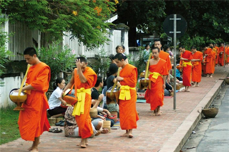 Thailand Möche bei morgendlicher Prozession