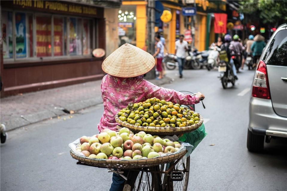 Vietnam Inside Obstverkäuferin mit Fahrrad