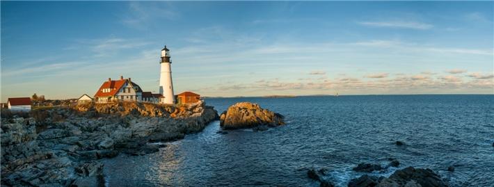 USA - Blick auf Küste mit Leuchtturm