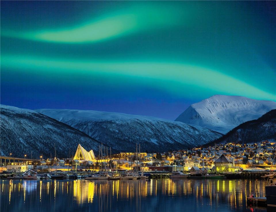 Norwegen Nordlicht mit Stadt