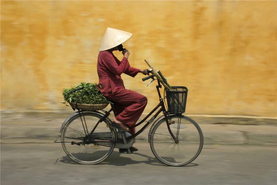 Indochina- Radfahrerin in Hoi An