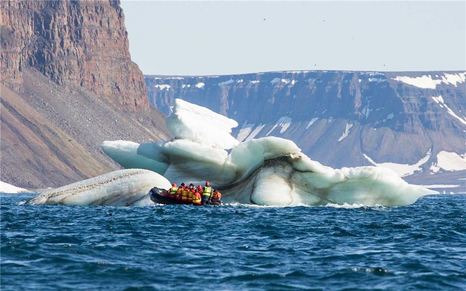 Poseidon Expedition 50 Years of Victory Nordpol - Eisbrocken mit Zodiacs