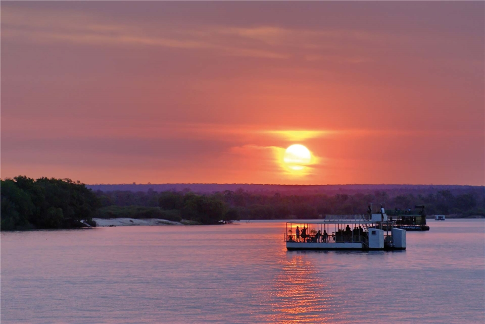 Südafrika Bootsfahrt zum Sonnenuntergang auf dem Sambesi